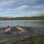 Eirik og Benjamin bader i Furusjøen. 2006.